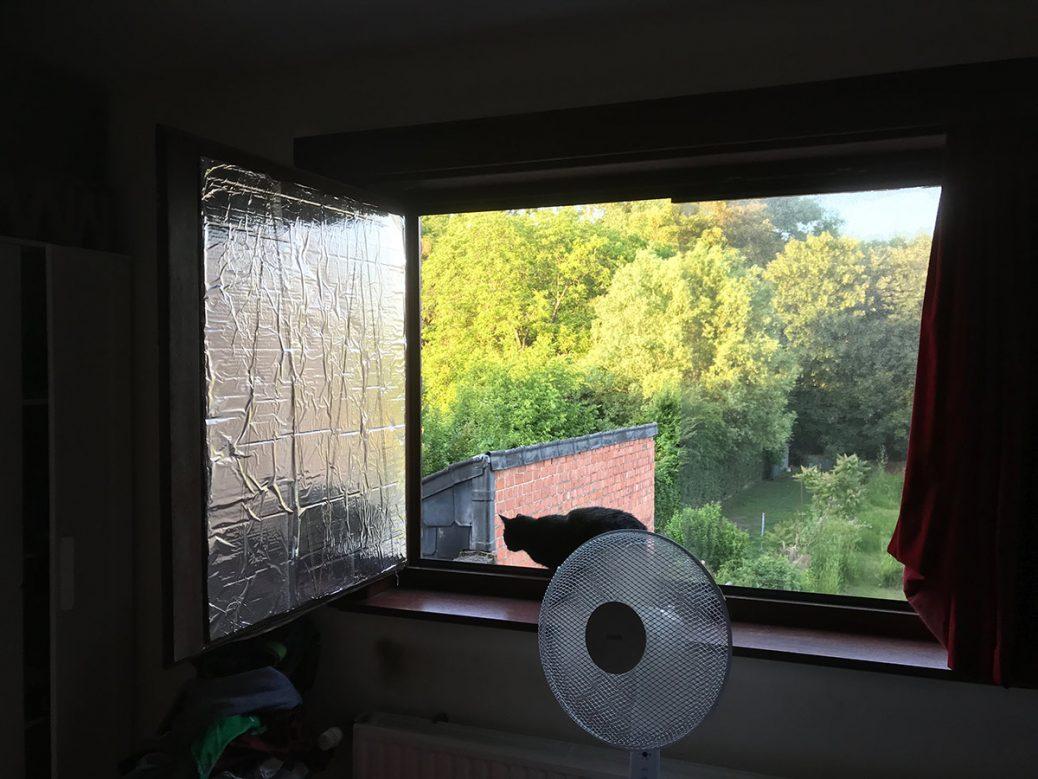 Afbeelding van open raam met aluminiumfolie