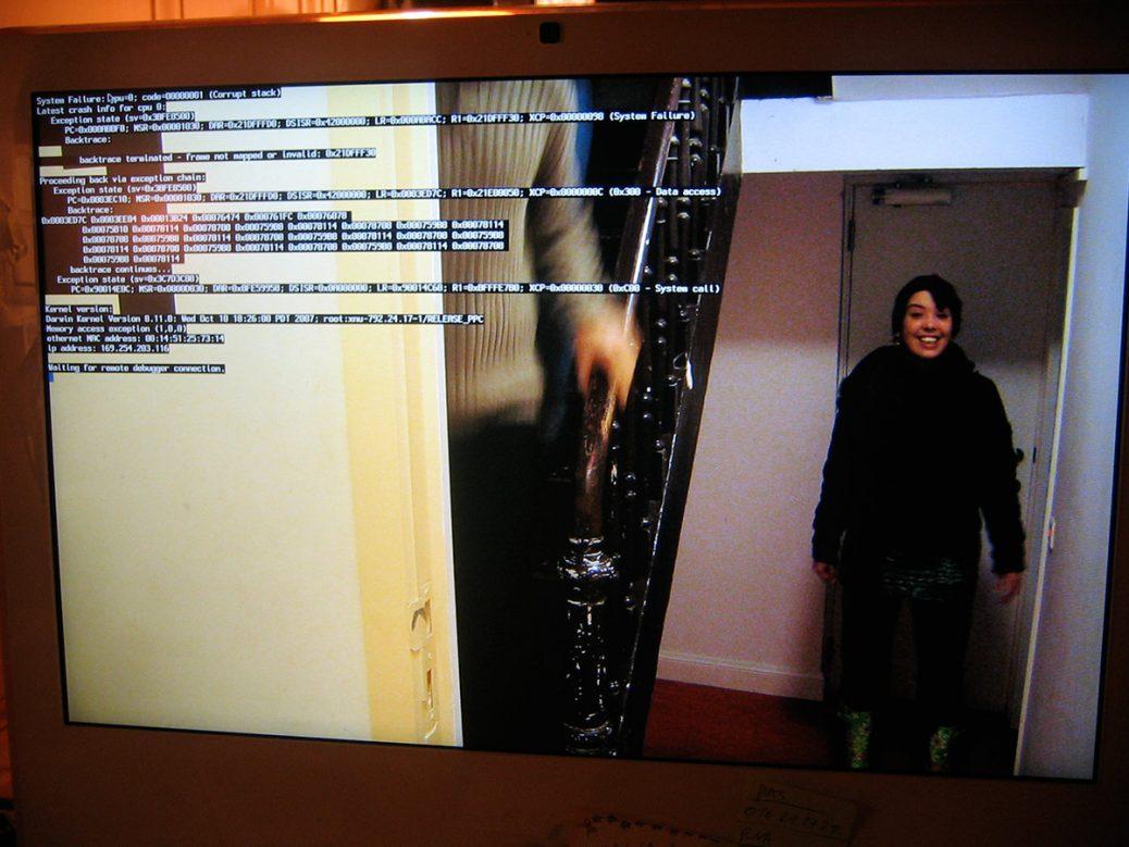Foto van Maartje op een scherm met Kernel Panic